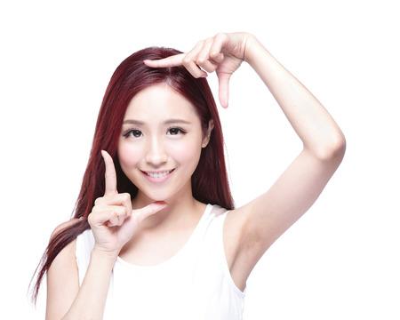 bellezza: Bella donna viso e lei fare cornice con le mani con la salute della pelle, concetto per la cura della pelle, asiatico bellezza