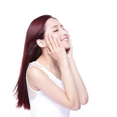 cosmeticos: Mujer de la belleza encantadora sonrisa y relajarse ojo cerrado disfrutar con piel de salud, los dientes y el pelo aislado en fondo blanco, belleza asi�tica