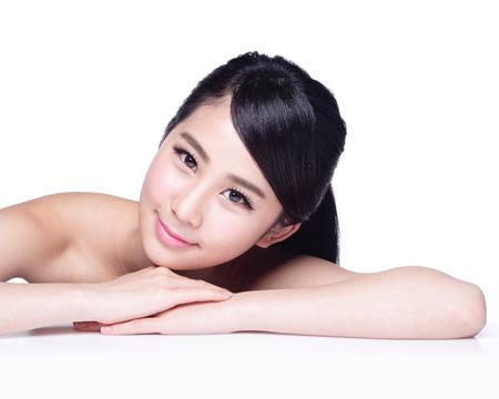visage: Visage de femme charmant sourire à vous fermez place en position couchée isolé sur fond blanc, fille asiatique