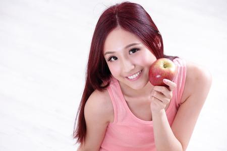 pomme rouge: Fille de la Santé montrent Apple avec visage souriant, concept de restauration de la santé, femme asiatique beauté