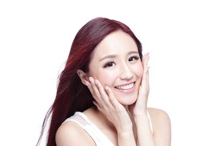 Mujer de la belleza con una sonrisa encantadora a usted con la piel de la salud, los dientes y el pelo aislado en fondo blanco, belleza asiática
