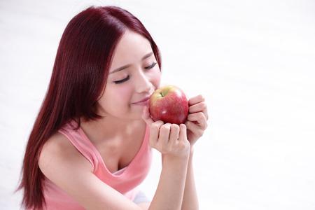 manzana roja: Chica Salud espectáculo Apple con cara de sonrisa, el concepto de alimentos saludables, asiática belleza de la mujer