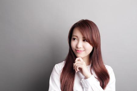 Denken zakelijke vrouw en blik kopie ruimte geïsoleerd op een grijze achtergrond met de vinger op het eerste gezicht, Aziatische schoonheid Stockfoto - 42142229