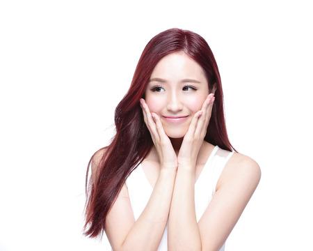 piel: Mujer de la belleza con una sonrisa encantadora y mirar a algo copia espacio vacío, ella tiene la piel de la salud, y el pelo aislados en fondo blanco, belleza asiática