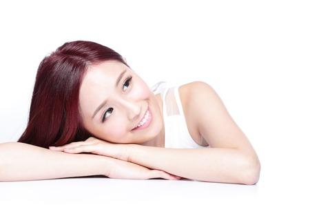 Okouzlující žena tvář úsměv na vás zblízka vleže na bílém pozadí, Asiatka