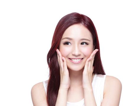 dientes sanos: Mujer de la belleza con una sonrisa encantadora y mirar a algo copia espacio vacío, ella tiene la piel de la salud, los dientes y el pelo aislado en fondo blanco, belleza asiática