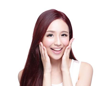 mooie vrouwen: Beauty vrouw met een charmante glimlach aan u met gezondheid van de huid, tanden en haren op een witte achtergrond, Aziatische schoonheid Stockfoto