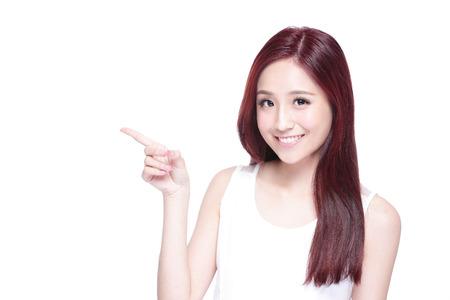 fingers: Mujer de la belleza con una sonrisa encantadora a usted y espectáculo copia espacio, con la piel de la salud, los dientes y el pelo aislado en fondo blanco, belleza asiática