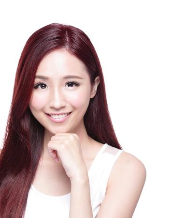 belle brunette: femme de beaut� avec charmant sourire � vous avec la peau de la sant�, les dents et les cheveux isol� sur fond blanc, de la beaut� asiatique