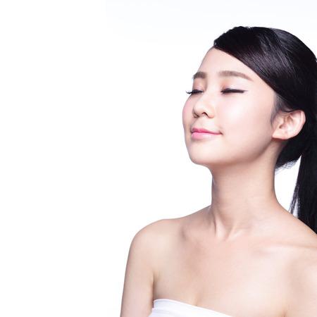 vẻ đẹp: vẻ đẹp chân dung của một người phụ nữ trẻ thư giãn mắt khép kín cô lập trên nền trắng, vẻ đẹp Châu Á
