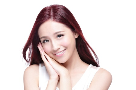 cabello negro: Mujer de la belleza con una sonrisa encantadora a usted con la piel de la salud, los dientes y el pelo aislado en fondo blanco, belleza asiática Foto de archivo