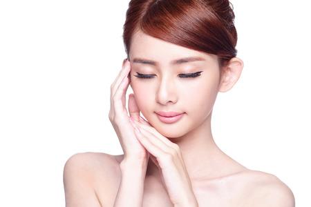schoonheid: Mooie Huid zorg vrouw genieten en ontspannen op een witte achtergrond