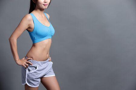 muscle training: sportliche Frau isoliert auf den Hintergrund, asiatische Schönheit