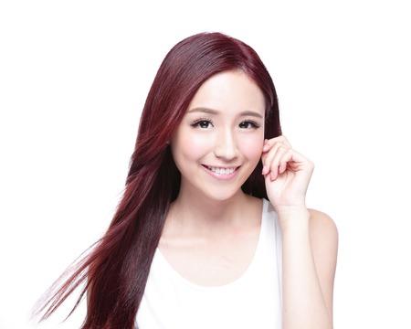 champú: Mujer de la belleza con una sonrisa encantadora a usted con la piel de la salud, los dientes y el pelo aislado en fondo blanco, belleza asiática Foto de archivo