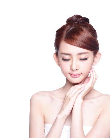 spas: Schöne Haut Frau pflege genießen und entspannen auf weißem Hintergrund. asian Beauty