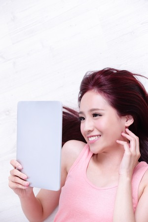 ni�as chinas: Happy young beautiful woman relax lying and using digital tablet pc, asian beauty