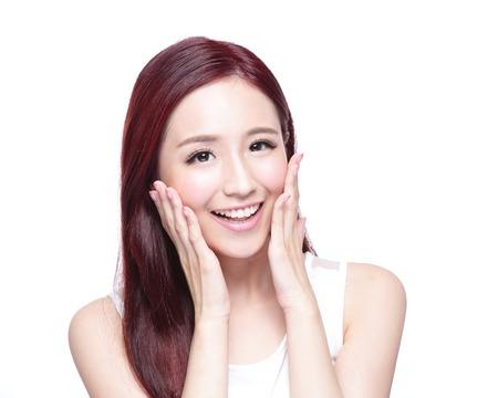 cabello: Mujer de la belleza con una sonrisa encantadora a usted con la piel de la salud, los dientes y el pelo aislado en fondo blanco, belleza asi�tica Foto de archivo