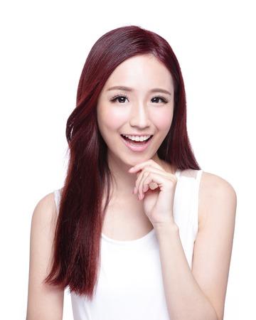 schoonheid: Beauty vrouw met een charmante glimlach aan u met gezondheid van de huid, tanden en haren op een witte achtergrond, Aziatische schoonheid Stockfoto
