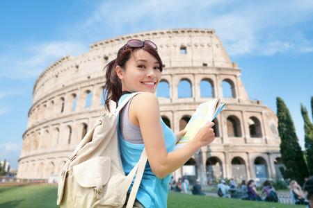 roma antigua: Mujer feliz en viajes Coliseo en Roma, Italia