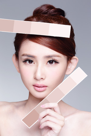 piel: Mujer de la belleza del cuidado de piel que muestra el papel del color de la piel, con la piel de la cara limpia, concepto para el cuidado de la piel, asi�tico