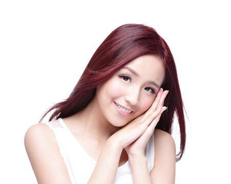 capelli lunghi: Donna di bellezza con incantevole sorriso a voi con la salute della pelle, denti e capelli isolato su sfondo bianco, asiatico bellezza