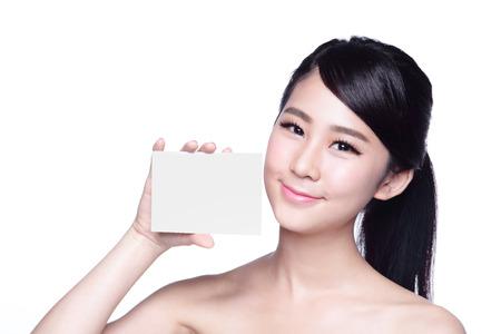 piel humana: Mujer de la belleza del cuidado de piel que muestra la cartelera blanco (copiar el espacio vacío), con la cara limpia la piel, el concepto de cuidado de la piel, asiático
