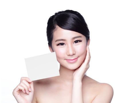 piel: Mujer de la belleza del cuidado de piel que muestra la cartelera blanco (copiar el espacio vacío), con la cara limpia la piel, el concepto de cuidado de la piel, asiático