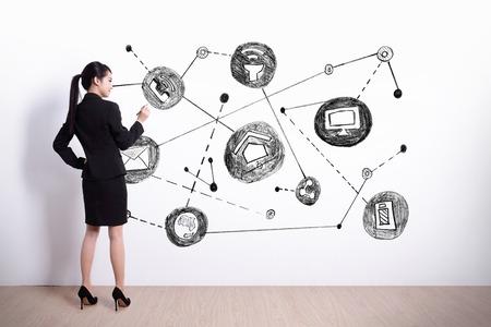 pojem: Zadní pohled na podnikání žena psaní internet věcí, na bílém pozadí zdi