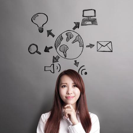 pensador: IOT concepto - mujer de negocios y buscar el icono wifi mundo y aislados sobre fondo gris Foto de archivo