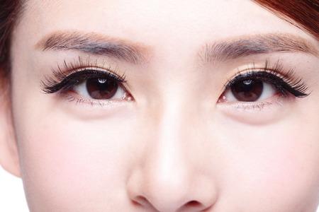 ojos marrones: Hermosa mujer de ojos con pesta�as largas Foto de archivo
