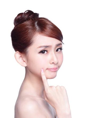 若い女性の不幸な分離彼女の肌に触れる