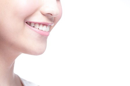 Schöne junge Frau, die Gesundheit Zähne hautnah und charmanten Lächeln. Isolierte über weißem Hintergrund