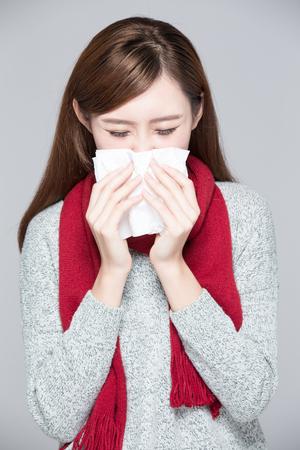 catarro: Una mujer coge un resfriado, la enfermedad, asi�tico