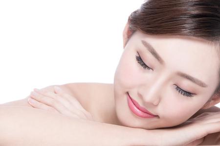 niñas chinas: Rostro de mujer encantadora sonrisa disfrutar de spa y masaje mientras yacía sobre fondo blanco, asiatico