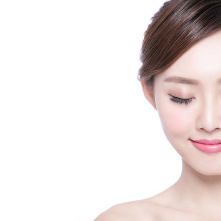 skönhet: Vacker Hudvård kvinna njuta och koppla av isolerade på vit bakgrund. asiatisk skönhet Stockfoto