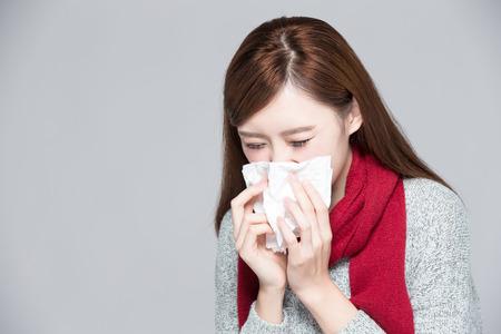 frias: Una mujer coge un resfriado, la enfermedad, asiático