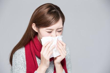 resfriado: Una mujer coge un resfriado, la enfermedad, asi�tico