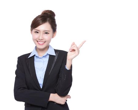 zakenvrouw iets laten zien op een witte achtergrond, Aziatische schoonheid