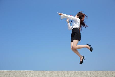 megafono: Mujer de negocios acertado que grita en el megáfono con el fondo de cielo azul, de cuerpo entero, asiático