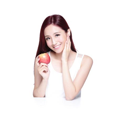 manzana roja: Mujer de la belleza con Apple y encantadora sonrisa a usted, ella descansa sus codos sobre la mesa blanca, belleza asiática