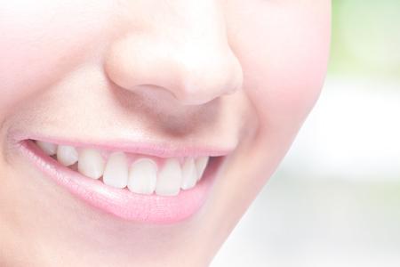 dientes: J�venes dientes mujer salud hermosas se cierran para arriba y sonrisa encantadora. con el fondo verde, belleza asi�tica