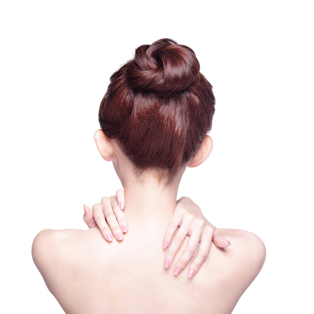 mujer desnuda de espalda: Aislado en fondo blanco Mujer masajear el dolor de espalda y el hombro, asi�tico