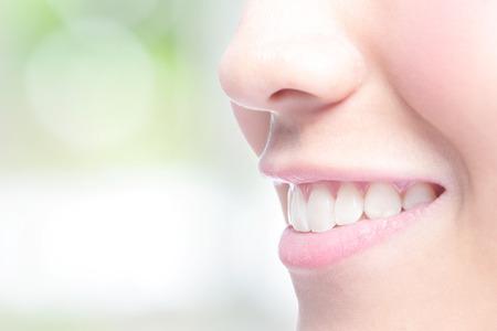 Krásné mladé ženy zdravé zuby zblízka a okouzlující úsměv. Se zeleným pozadím, asijskou krásou