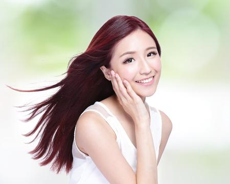 아름다움: 자연 녹색 배경, 아시아 아름다움과 건강, 피부, 치아와 머리를 가진 매력적인 미소와 아름다움 여자