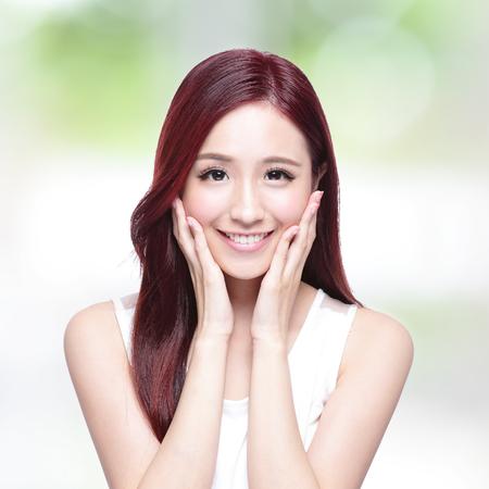 gesicht: Sch�nheitsfrau mit einem charmanten L�cheln mit der Gesundheit der Haut, Z�hne und Haare mit der Natur gr�nen Hintergrund, asiatische Sch�nheit