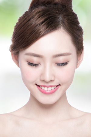niñas chinas: Hermosa mujer cuidado de la piel disfrutar y relajarse con el fondo verde. Belleza asiática