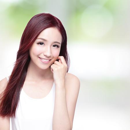 belle brunette: Femme de beaut� avec charmant sourire avec la peau de la sant�, les dents et les cheveux avec la nature fond vert, la beaut� asiatique