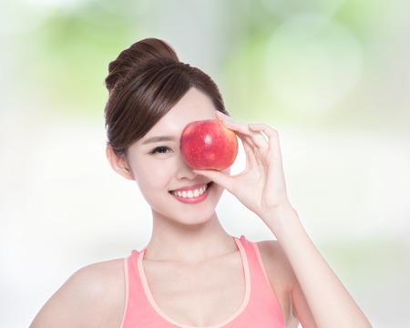 mujer bonita: Mujer feliz de la salud en beneficio espectáculo de manzana para la salud, la belleza asiática