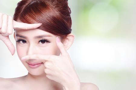 여자 얼굴과 눈 관리와 그녀는 손으로 프레임을 만드는, 아시아 아름다움 스톡 콘텐츠