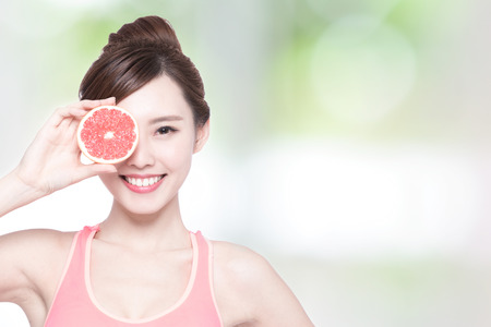 frutas divertidas: pomelo y belleza - La mujer es la dieta saludable con la naturaleza de fondo verde, asi�tico